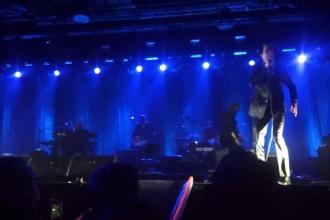 Aj! – Nick Cave faller från scenen!