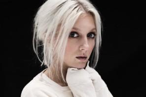 """VIDEOPREMIÄR: Julia Adams – """"Som jag"""""""