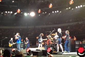 Pearl Jam + Carrie Brownstein + St. Vincent framförde Neil Young-cover