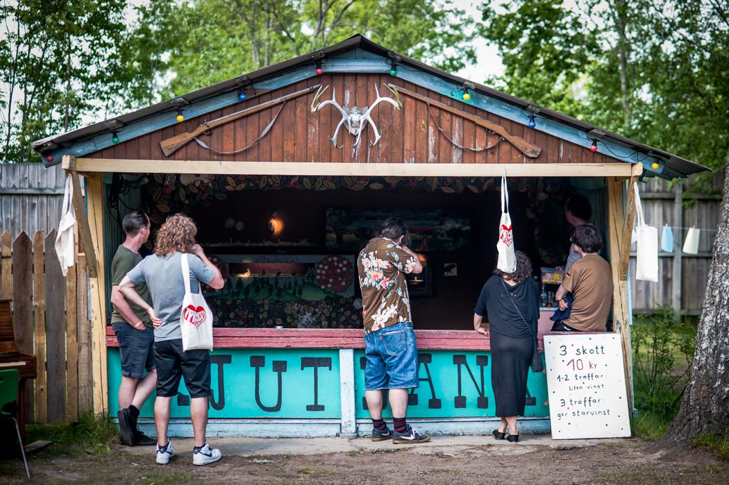 För den som köpt deluxe-biljetten till festivalen ingår obegränsad tillgång till områdets skjutbana, där även övriga besökare kan försöka sig på att vinna priser.