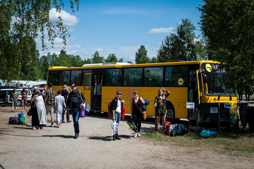 Bussarna anländer med fler besökare.