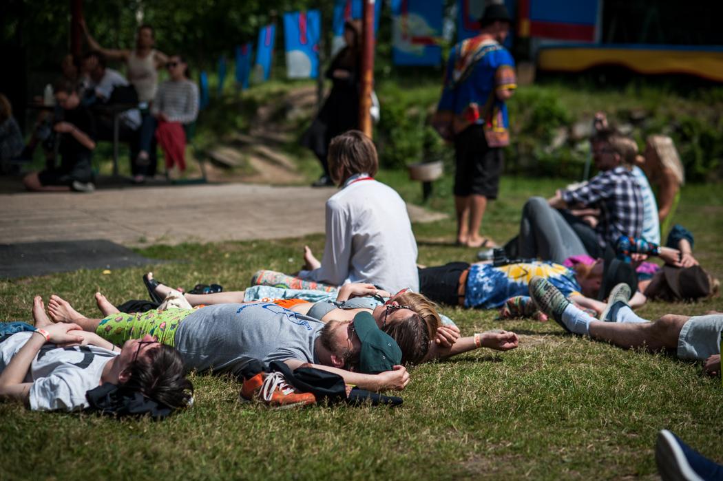 Många föredrar att ligga i gräset inne i parken under tiden de lyssnar på konserterna.