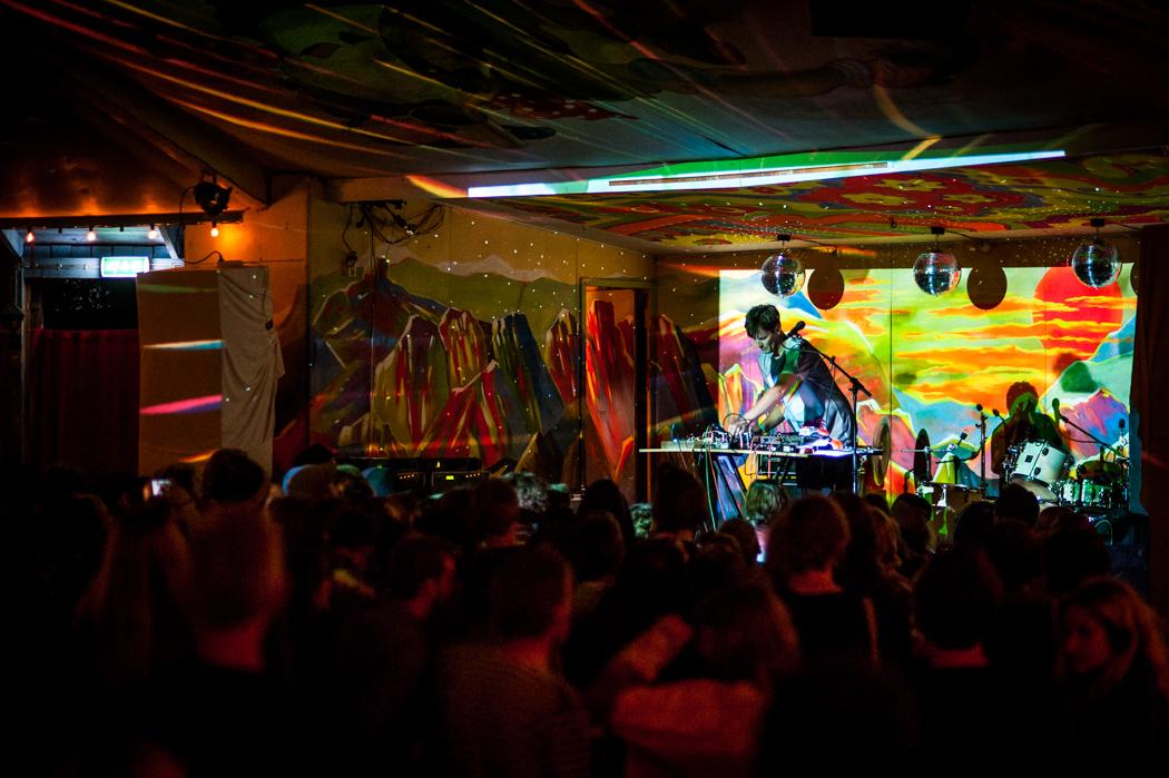 Sonic Boom bjuder på suggestiv stämning inne på dansbanan under sin konsert.