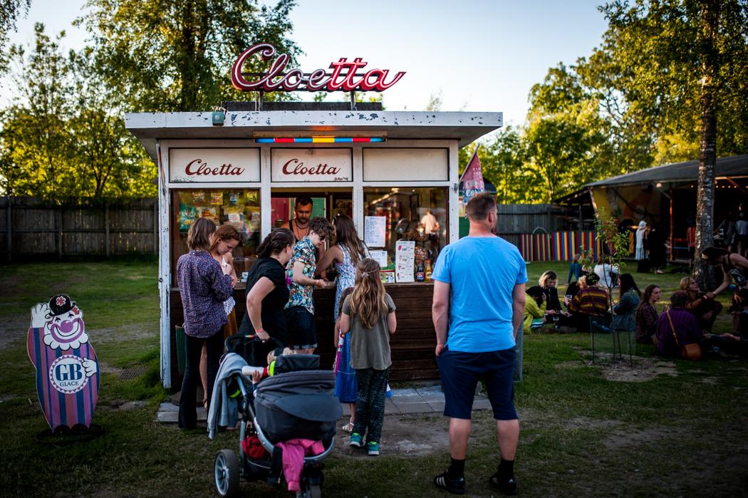 För den som behöver fylla på blodsockret lite ligger kiosken bekvämt placerad mellan festivalens två scener.