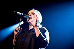 Adele i Stockholm är den hysteriska kusinen på släktträffen