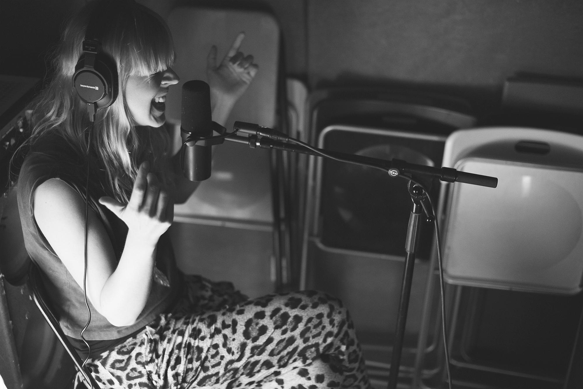 Sofia Mono lägger sång på