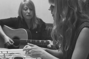 Själva vistelsen i studion inspirerade oss mycket. Lyssna efter cittran och tramporgeln... Instrumenten fanns på plats och vidgade ljudbilden, fick låtarna att växa.