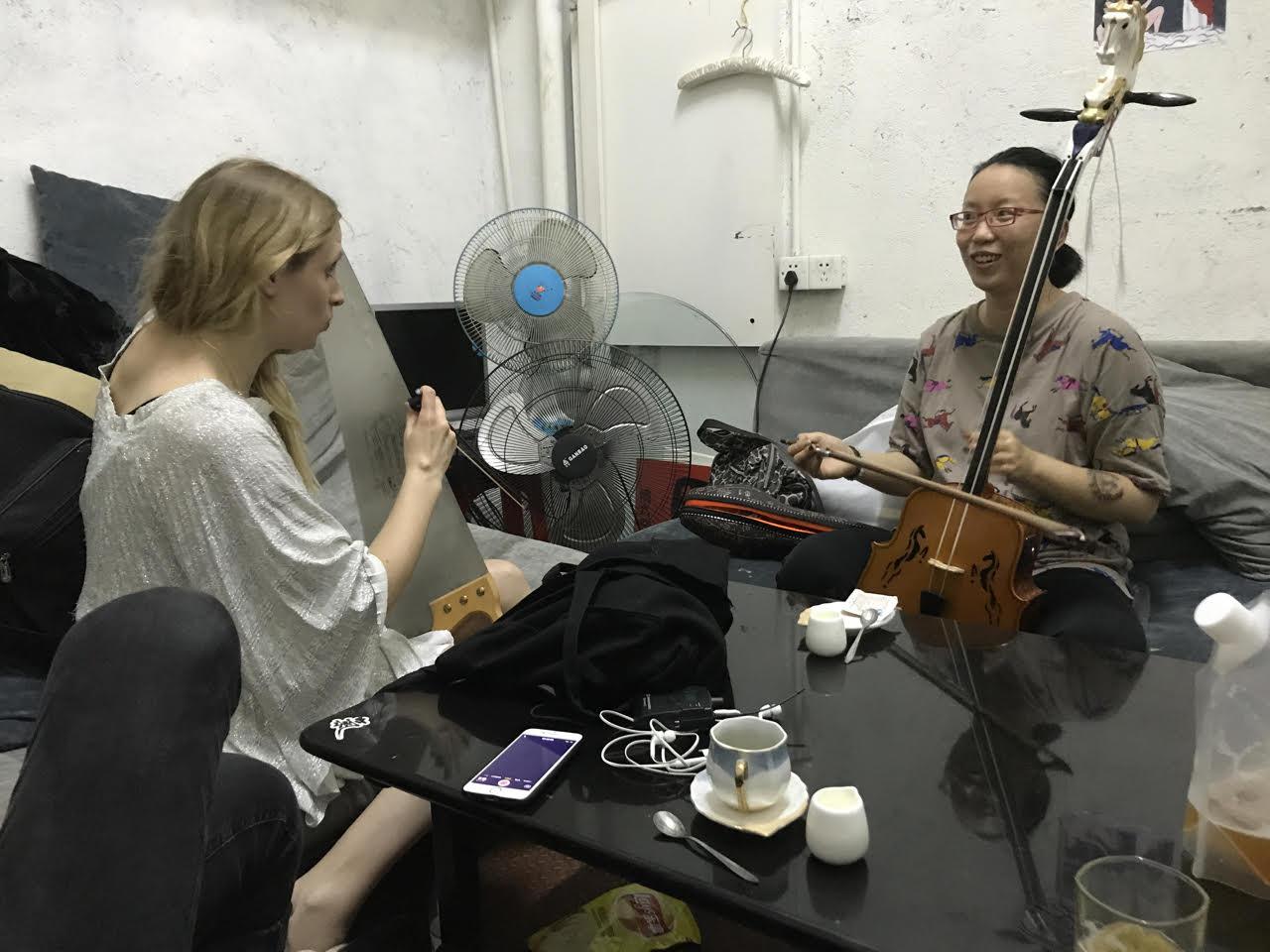 En dag dök plötsligt ett fan upp backstage och ville spela med oss med hennes traditionella instrument .