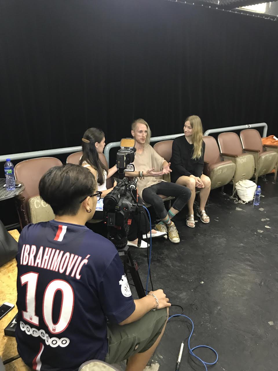 Intrevju för The Culture Channel i Macau. Deras fotograf sportar en Zlatan-tröja.